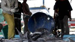 Pekerja saat memindahkan ikan hasil tangkapannya di Pelabuhan Muara Baru, Jakarta, Minggu (11/1/2015). (Liputan6.com/Faizal Fanani)