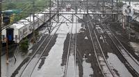 Suasana Stasiun kereta Tanah Abang, Jakarta, Rabu (1/1/2020). Hujan yang mengguyur Jakarta sejak Selasa sore (31/12/2019) mengakibatkan rel terendam dan perjalanan kereta dari dan ke Stasiun Tanah Abang dihentikan sementara. (Liputan6.com/Helmi Fithriansyah)