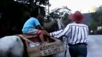 Seorang warga di Kabupaten Purbalingga berkudan sambil membawa buku. Sementara itu, pemudi di Sumatera ciptakan kulkas tanpa listrik.