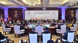 Suasana Konferensi Tingkat Tinggi (KTT) ASEAN-India di Rasthrapati Bhawan, India, Kamis (25/1). KTT diselenggarakan dalam rangka memperingati 25 tahun hubungan kerja sama antara India dengan anggota ASEAN. (Liputan6.com/Pool/Biro Pers Setpres)
