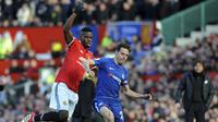 Paul Pogba berduel dengan Azpilicueta saat duel MU lawan Chelsea (AP Photo/Rui Vieira)