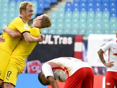 Pemain Borussia Dortmund, Erling Braut Haaland melakukan selebrasi bersama Julian Brandt usai mencetak gol ke gawang RB Leipzig pada laga  Bundesliga di Red Bull Arena Sabtu (20/6/2020). RB Leipzig takluk 0-2 dari Borussia Dortmund. (AP/Jens Meyer)