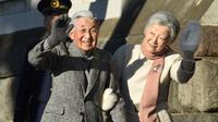 Kaisar Jepang Akihito dan Permaisuri Michiko seusai berjalan-jalan di pantai dekat Hayama Imperial Villa, Prefektur Kanagawa, Senin (21/1). Akihito akan menjadi kaisar pertama yang turun takhta dalam 200 tahun terakhir. (Kazuhiro NOGI/AFP)