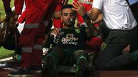 Bek Persebaya, Otavio Dutra, cedera hidung saat laga uji coba melawan Persela di Stadion Gelora Bung Tomo, Surabaya (11/5/2019). (Bola.com/Aditya Wany)