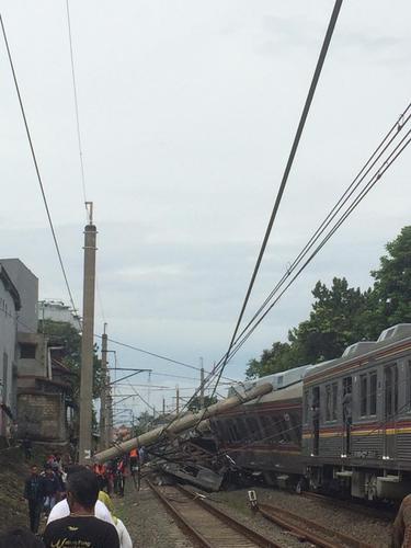 Tiang listrik menimpa gerbong KRL hingga masinis dilarikan ke rumah sakit dan sejumlah penumpang terjepit. (Asnida Riani)