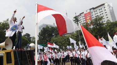 Serikat Pekerja Pertamina berorasi dalam aksi damai di depan Istana, Jakarta, Selasa (19/2).  Mereka mengklarifikasi harga avtur PT Pertamina (Persero) sudah kompetitif sehingga bukan biang keladi mahalnya tiket pesawat. (Liputan6.com/Angga Yuniar)