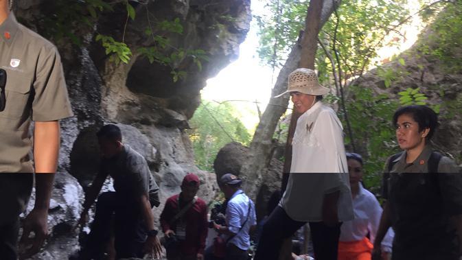 Jokowi dan Iriana Menyusuri Batu Terjal di Goa Batu Cermin (Foto: Liputan6/ Lizsa Egeham)