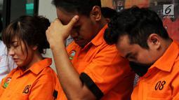 Artis Cahya Wulan Sari alias Chacha (kiri) dihadirkan saat jumpa pes terkait penangkapan narkoba di Direktorat Narkoba Polda Metro Jaya, Jakarta, Senin (14/1). Chacha ditangkap bersama dua orang Chandra dan Yahya Ansori Nasution. (Liputan6.com/JohanTallo)