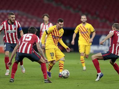 Penyerang Barcelona, Lionel Messi berusaha mengumpan bola saat bertanding melawan Atletico Madrid pada pertandingan lanjutan La Liga Spanyol di stadion Wanda Metropolitano di Madrid, Spanyol, Sabtu (21/11/2020). Atletico menang tipis atas Barcelona 1-0. (AP Photo/Bernat Armangue)