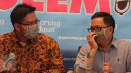 Sejumlah narasumber mengenakan masker saat menjadi pembicara dalam diskusi di kawasan Menteng, Jakarta, Sabtu (10/10/2015). Diskusi tersebut membahas kabut asap dari kebakaran hutan yang semakin pekat. (Liputan6.com/Angga Yuniar)