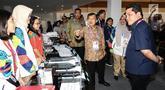Wakil Presiden, Jusuf Kalla didampingi Ketua INASGOC, Erick Thohir berbincang dengan relawan media registrasi di Main Press Center (MPC) atau Media Center Asian Games di JCC, Jakarta, Selasa (14/8). (Liputan6.com/Fery Pradolo)