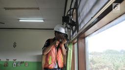 Siswa SMK Negeri 4 Jakarta Utara memasang kipas angin dan penyaring udara di SD Negeri Cilincing 07 Pagi, Jakarta, Kamis (19/9/2019). Pemasangan tersebut menjadi bagian dari instalasi Sekolah Aman Asap. (merdeka.com/Iqbal Nugroho)