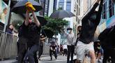 Para pengunjuk rasa menggunakan ketapel mencoba menembak saat demonstrasi di Hong Kong (11/11/2019). Ketapel hingga panahan digunakan para demonstran Hong Kong sebagai senjata saat unjuk rasa yang telah berlangsung selama lima bulan. (AP Photo/Vincent Yu)