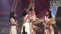 Mahkota pemenang kontes kecantikan di Sri Lanka, Mrs. Sri Lanka, ketika dicopot paksa oleh Mrs. World Caroline Jurie. (Tangkapan Layar YouTube/Colombo Gazette)
