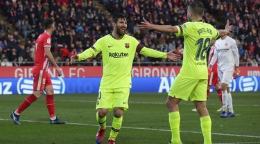 Striker Barcelona, Lionel Messi, melakukan selebrasi usai mencetak gol ke gawang Girona pada laga La Liga di Stadion Montilivi, Minggu (27/1). Barcelona menang 2-0 atas Girona. (AP/Manu Fernandez)