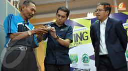 Disaksikan Joko Driyono, perwakilan tim Persik Kediri mengambil undian drawing babak semifinal Liga Indonesia 2013 (Liputan6.com/ Helmi Fithriansyah)