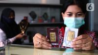 Petugas memperlihatkan emas batangan di Galeri 24 Pegadaian Kota Tangerang, Banten, Kamis (11/6/2020). Harga emas PT Aneka Tambang Tbk (Antam) pada hari ini naik Rp 12.000 menjadi Rp 893 ribu per gram dibanding sebelumnya. (Liputan6.com/Angga Yuniar)