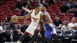 Miami Heat center, Hassan Whiteside #21 menggiring bola saat berhadapan dengan pemain  Philadelphia 76ers,  Jahlil Okafor (kanan)  pada laga NBA preseason basketball game di Miami, Sabtu (22/10/2016) WIB. (AP/Alan Diaz)