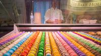 Penganan Macaron Prancis terlihat di ajang Restaurants Canada Show 2020 di Toronto, Kanada, Minggu (1/3/2020). Restaurants Canada Show merupakan ajang tahunan terbesar bagi industri layanan makanan dan perjamuan di Kanada. (Xinhua/Zou Zheng)