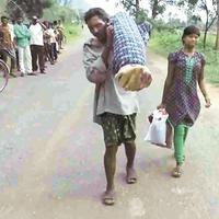 Sungguh menyedihkan, pria asal India ini terpaksa harus memanggul jenazah istrinya dan berjalan kaki sejauh 12 km. | via: indianexpress.com