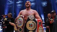10. Petinju Tyson Fury menang angka atas Wladimir Klitschko pada perebutan gelar juara kelas berat WBA, IBF, IBO dan WBO. Kemenangan petinju Inggris itu mengejutkan karena sebelumnya tidak diunggulkan. (Dailymail.co.uk)