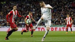 Striker Real Madrid, Karim Benzema, mengontrol bola saat pertandingan melawan Girona pada laga La Liga di Stadion Santiago Bernabeu, Senin (19/3/2018). Real Madrid menang 6-3 atas Girona. (AP/Paul White)