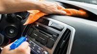 Ilustrasi membersihkan dasbor mobil. (Shutterstock)