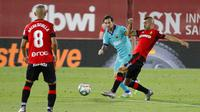 Striker Barcelona, Lionel Messi, saat pertandingan melawan Mallorca pada laga La Liga di Estadio de Son Moix, Minggu (14/6/2020). Barcelona menang dengan skor 4-0. (AP/Francisco Ubilla)
