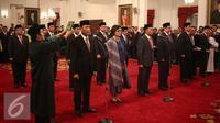 Pelantikan menteri baru hasil perombakan kabinet jilid II di di Istana Negara, Jakarta, Rabu (27/7). Wajah baru dalam reshuffle jilid II diantaranya Wiranto dan Sri Mulyani. (Liputan6.com/Faizal Fanani)