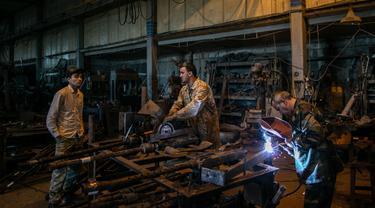 Pekerja membuat senjata di sebuah pabrik di Misrata, Libya (11/2/2020). Para pekerja tersebut merakit senjata untuk pasukan garis depan Tripoli yang setia kepada Pemerintah Kesepakatan Nasional (Government of National Accord/GNA) Libya yang diakui PBB. (Xinhua/Amru Salahuddien)