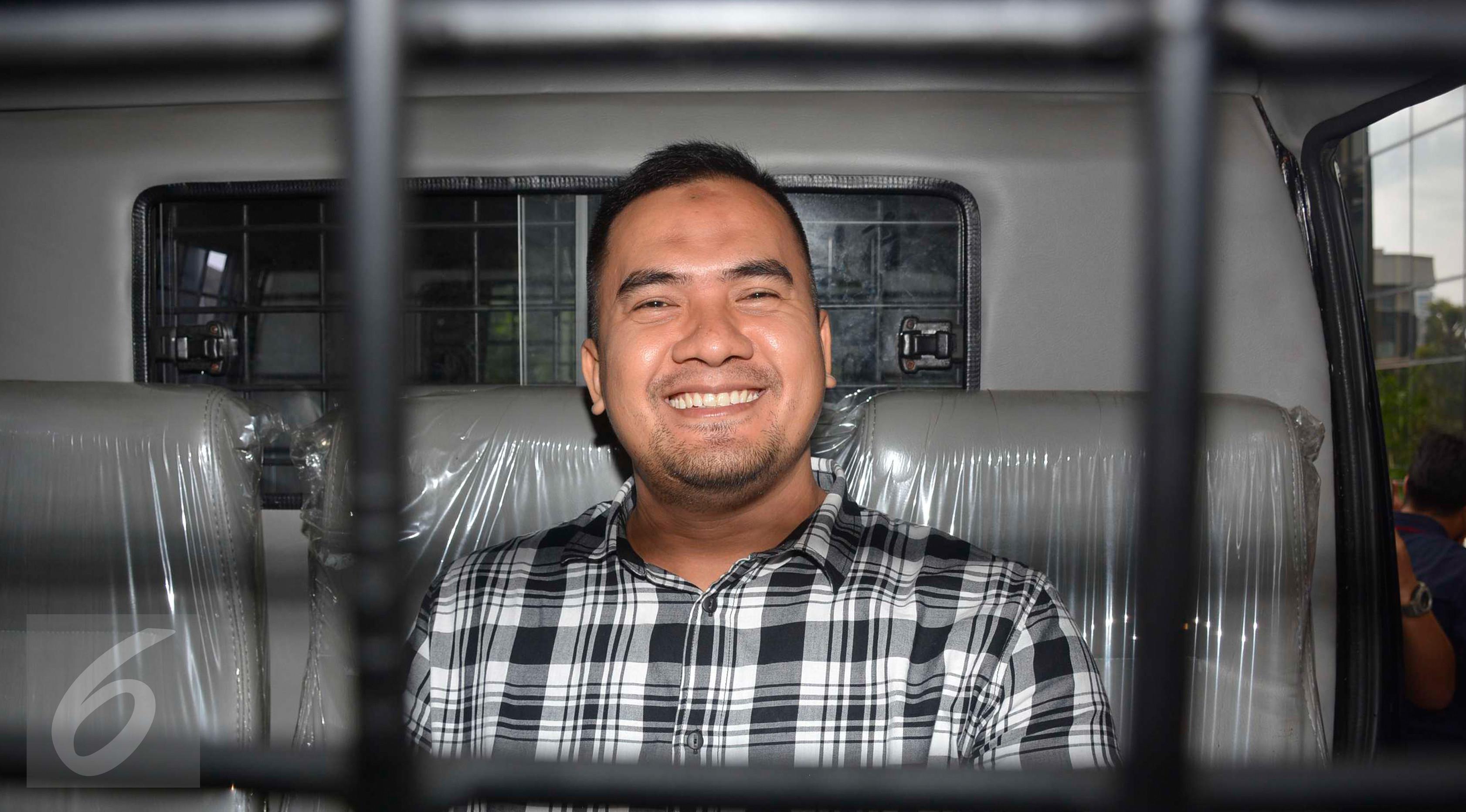 Saipul Jamil usai menjalani pemeriksaan di Gedung KPK, Jakarta, Jumat (7/4). Saipul menyatakan siap menghadapi persidangan. Ia meminta kepada penggemarnya untuk bersabar. (Liputan6.com/Helmi Afandi)