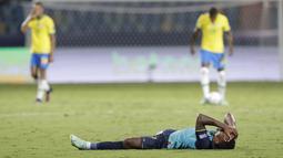 Bek timnas Ekuador Pervis Estupinan berbaring di rumput pada akhir laga Grup B Copa America 2021 melawan Brasil di Estadio Olimpico Pedro Ludovico, Senin (28/6/2021). Laga antara Brasil melawan Ekuador berakhir imbang 1-1, Ekuador pun lolos ke babak perempat final. (AP Photo/Eraldo Peres)
