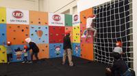 Wall climbing di booth UD Trucks (Yurike/Liputan6.com)