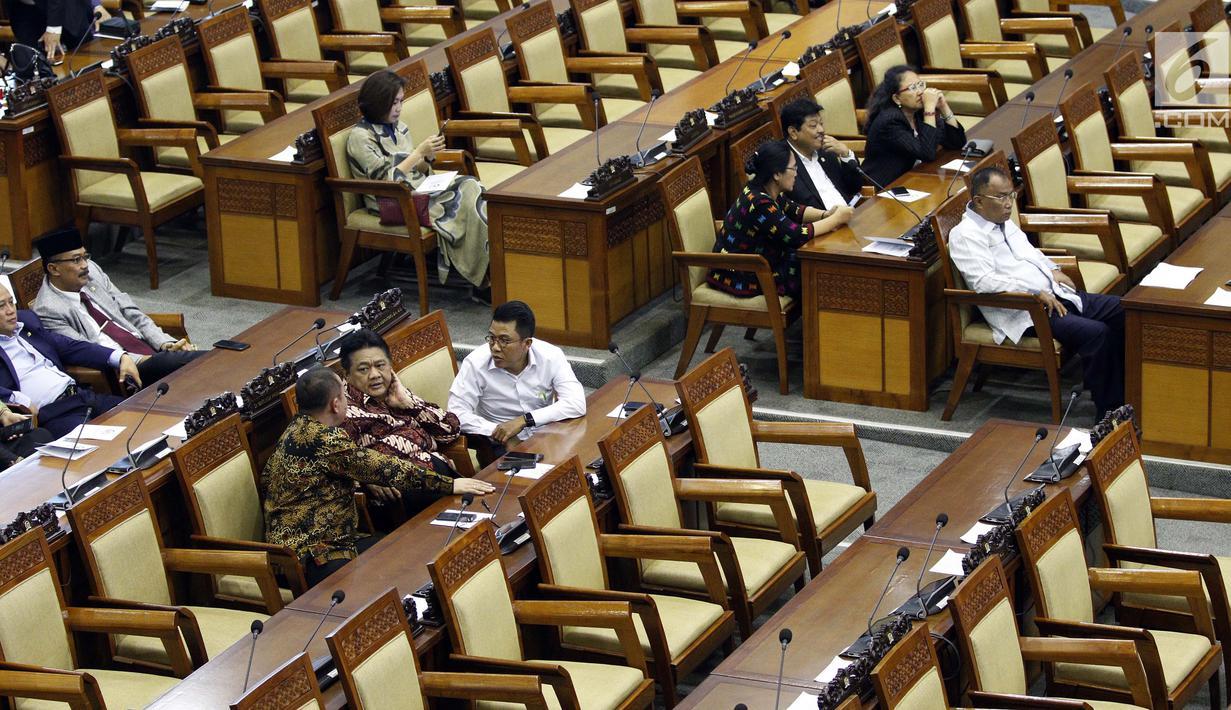 Sejumlah anggota DPR menghadiri rapat paripurna pembukaan masa persidangan V tahun 2018-2019 di Kompleks Parlemen MPR/DPR-DPD, Jakarta, Rabu (8/5/2019). Rapat Paripurna hanya dihadiri 281 anggota yang berasal dari 10 fraksi, dari total jumlah anggota DPR sebanyak 560 orang. (Liputan6.com/JohanTallo)