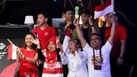 Suporter Indonesia memberikan dukungan untuk para pemain yang bertanding di Denmark Terbuka 2018, Rabu (17/10/2018). (PBSI)