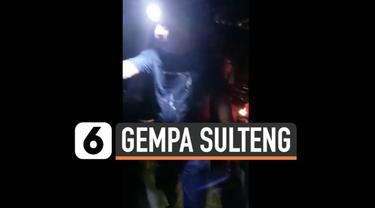 Warga Tojo Una-Una Sulawesi Tengah panik dan berusaha selamatkan diri usai diguncang gempa besar berkekuatan magnitud 6,5 Senin (26/7) malam.