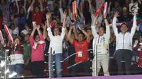 Presiden Jokowi dan Ibu Iriana bersama sejumlah menteri saat menyaksikan Final Bulutangkis Beregu Putra Asian Games 2018 antara Indonesia melawan China di Jakarta, Rabu (22/8). (Liputan6.com/Helmi Fithriansyah)
