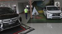 Sejumlah unit mobil baru berada di salah satu showroom penjualan Mitsubishi kawasan Mampang, Jakarta, Senin (19/10/2020). Menkeu, Sri Mulyani, telah menegaskan menolak usulan yang dilayangkan Kementerian Perindustrian terkait pajak 0 persen untuk pembelian mobil baru. (Liputan6.com/Herman Zakharia)