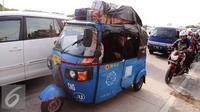 Beragam kendaraan digunakan pemudik untuk berlebaran di kampung halaman. Tampak, pemudik menggunakan bajaj biru saat melintasi kawasan pantura menuju indramayu, Jawa Barat, Kamis (16/7/2015). (Liputan6.com/Herman Zakharia)