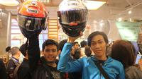 Dua penikmat MotoGP, Entho dan Andre, mengikuti fan meeting Marc Marques di gerai Pull and Bear Senayan City, Jakarta, Selasa (30/10/2018). (Bola.com/Wiwig Prayugi)