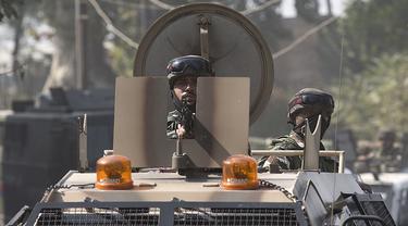 Pasukan paramiliter India berjaga di sebuah kendaraan dekat lokasi baku tembak di Kota Srinagar, ibu kota musim panas Kashmir yang dikuasai India, pada 12 Oktober 2020. Dua militan tewas dalam baku tembak dengan pasukan pemerintah di wilayah Kashmir yang dikuasai India. (Xinhua/Javed Dar)