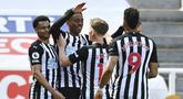 Para pemain Newcastle United merayakan gol ketiga ke gawang West Ham United yang dicetak gelandang Joe Willock (kedua dari kiri) dalam laga lanjutan Liga Inggris 2020/2021 pekan ke-32 di St James' Park, Newcastle, Sabtu (17/4/2021). Newcastle menang 3-2 atas West Ham. (AP/Stu Forster/Pool)