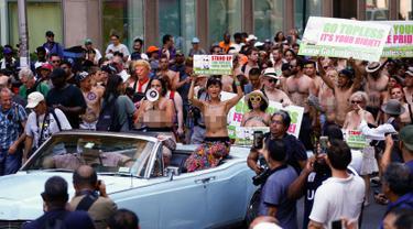 Sejumlah wanita bertelanjang dada saat menggelar GoTopless Parade di New York (28/8). Aksi ini menyerukan kesetaraan gender baik perempuan dan pria dalam telanjang dada. (AFP PHOTO / KENA Betancur)
