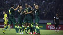 Pemain Persebaya Surabaya merayakan gol yang dicetak Hansamu Yama saat menghadapi Persik Kediri di laga pembuka Shopee Liga 1 2020, Sabtu (29/2). Persebaya dan Persik bermain imbang 1-1. (Bola.com/Yoppy Renato)