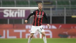 Bek AC Milan, Simon Kjaer mengontrol bola saat bertanding melawan AS Roma pada pertandingan lanjutan Liga Serie A Italia di Stadion Milan San Siro, Italia, Senin (26/10/2020). AC Milan bermain imbang atas Roma 3-3. (Fabio Ferrari / LaPresse via AP)