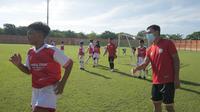 Pemain Persita Tangerang, Samsul Arif (kanan), memberikan arahan kepada peserta football camp di daerah asalnya, Bojonegoro, Jawa Timur pada 21-24 Desember 2020. (Bola.com/Iwan Setiawan)