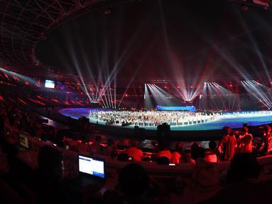 Atlet dan relawan berkumpul bersama saat penutupan Asian Games 2018 di Stadion Utama GBK, Jakarta, Minggu (2/9). (Merdeka.com/Imam Buhori)