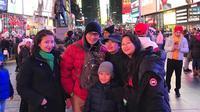 Sandiaga Uno dan keluarga saat berkunjung ke Times Square, New York. (dok. Instagram @sandiuno/https://www.instagram.com/p/B6jgrzfhPkW/Putu Elmira)