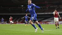 Penyerang Leicester City, Jamie Vardy berselebrasi usai mencetak gol ke gawang Arsenal pada pertandingan lanjutan Liga Inggris di Stadion Emirates di London, Inggris, Minggu (25/10/2020). Leicester City menang 1-0 atas Arsenal. (Will Oliver/Pool via AP)