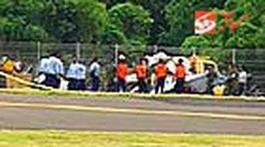 Bangkai pesawat latih TNI AU yang jatuh di Bandara Ngurah Rai, Bali, kemarin, dievakuasi dari lokasi. Proses evakuasi berlangsung tertutup dengan penjagaan ketat aparat TNI AU.
